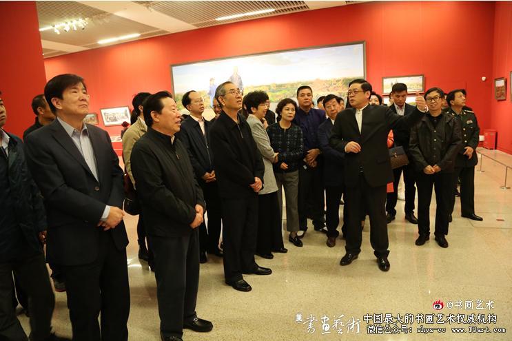 徐里书记向领导和嘉宾介绍展览作品